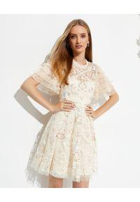NEEDLE & THREAD - Sukienka mini Isadora. Typ kołnierza: kokarda. Kolor: beżowy. Materiał: szyfon. Wzór: haft, kwiaty, aplikacja. Długość: mini