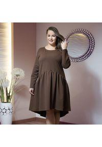 Moda Size Plus Iwanek - Asymetryczna brązowa sukienka Kira XXL OVERSIZE JESIEŃ. Kolor: brązowy. Materiał: dresówka, tkanina, dzianina, skóra, materiał. Długość rękawa: długi rękaw. Wzór: aplikacja. Sezon: jesień. Typ sukienki: asymetryczne, oversize