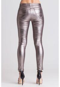 TwinSet - Srebrne jeansy damskie z miedzianą poświatą. Stan: podwyższony. Kolor: wielokolorowy, srebrny, brązowy. Styl: klasyczny