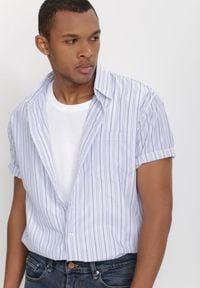 Born2be - Biało-Niebieska Koszula Othriphi. Okazja: na co dzień. Kolekcja: plus size. Kolor: biały. Materiał: tkanina, jeans. Długość rękawa: krótki rękaw. Długość: krótkie. Wzór: gładki, paski. Styl: klasyczny, casual