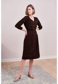 Marie Zélie - Sukienka Lila Marguerite. Typ kołnierza: dekolt w kształcie V. Materiał: wiskoza. Typ sukienki: proste. Styl: elegancki