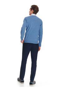 TOP SECRET - Sweter dopasowany z dekoltem w serek. Typ kołnierza: dekolt w serek. Kolor: niebieski. Wzór: gładki. Sezon: lato, wiosna