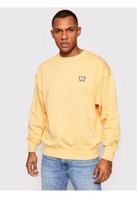 Wrangler Bluza Badge Crew W6E5HAA11 Żółty Regular Fit. Kolor: żółty