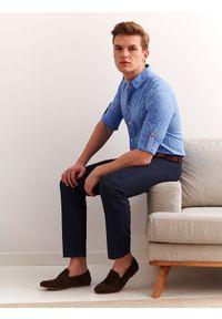TOP SECRET - Koszula z lekkiej tkaniny dopasowana. Okazja: na co dzień. Kolor: niebieski. Materiał: tkanina. Długość rękawa: krótki rękaw. Długość: długie. Sezon: lato, wiosna. Styl: casual