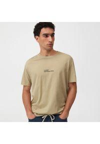 Sinsay - Koszulka z nadrukiem - Beżowy. Kolor: beżowy. Wzór: nadruk