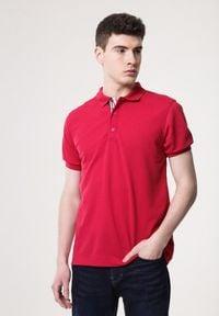 Born2be - Czerwona Koszulka Gladdening. Typ kołnierza: polo. Kolor: czerwony. Materiał: dzianina. Długość rękawa: krótki rękaw. Długość: krótkie. Wzór: gładki