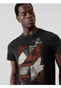 4f - T-shirt regular z nadrukiem męski. Kolor: czarny. Materiał: bawełna, dzianina, materiał. Wzór: nadruk