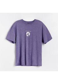 Fioletowy t-shirt Reserved z dekoltem na plecach, z nadrukiem