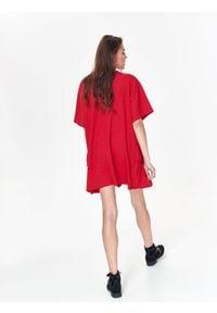 TOP SECRET - Luźna sukienka damska z falbaną. Okazja: na co dzień. Kolor: czerwony. Materiał: dzianina. Długość rękawa: krótki rękaw. Sezon: zima, jesień. Typ sukienki: proste. Styl: casual