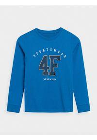 4f - Longsleeve z nadrukiem chłopięcy. Kolor: niebieski. Materiał: bawełna, dzianina. Długość rękawa: długi rękaw. Wzór: nadruk