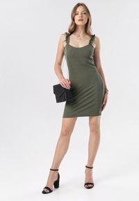 Born2be - Ciemnozielona Sukienka Zhasura. Typ kołnierza: kołnierz z falbankami. Kolor: zielony. Materiał: dzianina. Długość rękawa: na ramiączkach. Wzór: prążki. Sezon: lato. Długość: mini