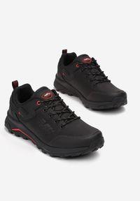 Born2be - Czarno-Czerwone Buty Sportowe Memeni. Wysokość cholewki: przed kostkę. Nosek buta: okrągły. Zapięcie: sznurówki. Kolor: czarny. Materiał: guma. Szerokość cholewki: normalna. Wzór: aplikacja