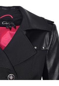 CATERINA - Granatowy trencz ze skórzanymi rękawami. Kolor: czarny. Materiał: materiał. Styl: elegancki