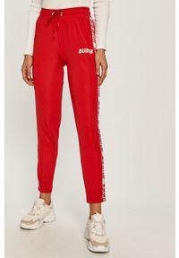 Czerwone spodnie dresowe Guess z aplikacjami