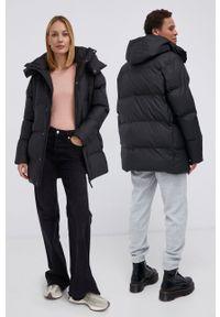 Rains - Kurtka 1507 Long Puffer Jacket. Kolor: czarny. Materiał: tkanina, materiał. Wzór: gładki