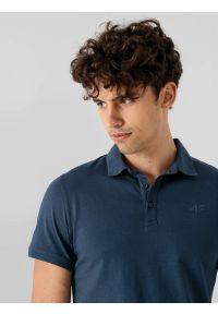 4f - Koszulka polo regular męska. Okazja: na co dzień. Typ kołnierza: polo. Kolor: niebieski. Materiał: dzianina, materiał. Styl: casual