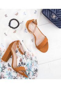 Brązowe sandały na słupku SIXTH SENS w kolorowe wzory, ze sprzączką, klasyczne
