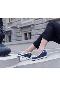 Zapato - półbuty na koturnie - skóra naturalna - model 024 - kolor granatowy błyszczący. Okazja: na spotkanie biznesowe. Kolor: niebieski. Materiał: skóra. Wzór: nadruk, gładki, kolorowy. Obcas: na koturnie. Styl: sportowy, glamour, elegancki, klasyczny, biznesowy. Wysokość obcasa: wysoki