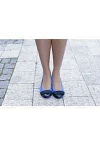 Zapato - dwukolorowe baleriny - skóra naturalna - model 007 - kolor szafir. Okazja: na spacer, do pracy, na imprezę. Zapięcie: bez zapięcia. Materiał: skóra. Wzór: motyw zwierzęcy, kwiaty, kolorowy, nadruk. Obcas: na obcasie. Styl: elegancki, klasyczny, sportowy. Wysokość obcasa: niski