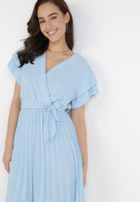 Born2be - Jasnoniebieska Sukienka Theleithe. Kolor: niebieski. Wzór: gładki. Typ sukienki: plisowane, kopertowe. Styl: wizytowy. Długość: mini