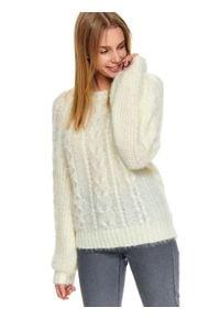 TOP SECRET - Puszysty sweter z warkoczami. Kolekcja: plus size. Kolor: kremowy. Materiał: dzianina, jeans. Wzór: ze splotem. Sezon: zima, jesień. Styl: elegancki