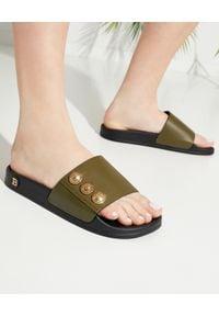 Balmain - BALMAIN - Skórzane klapki z guzikami. Kolor: zielony. Materiał: skóra. Wzór: aplikacja