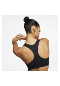Biustonosz sportowy damski Nike Swoosh BV3630 AA. Materiał: skóra, materiał, poliester. Technologia: Dri-Fit (Nike). Sport: fitness
