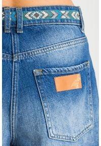Patrizia Pepe - SZORTY JEANSOWE patrizia pepe. Stan: podwyższony. Materiał: jeans. Długość: krótkie. Sezon: lato. Styl: rockowy, klasyczny