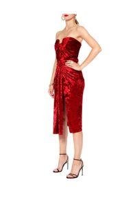 AGGI - Czerwona sukienka Bella Cherry. Kolor: czerwony. Materiał: wiskoza, jedwab. Typ sukienki: z odkrytymi ramionami. Styl: wizytowy. Długość: midi