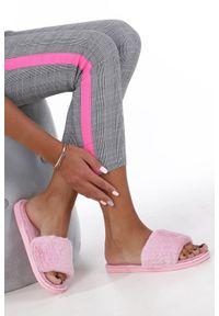 Casu - różowe klapki z futerkiem casu wt-6. Kolor: różowy. Materiał: futro. Sezon: lato