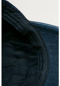 Niebieska czapka z daszkiem Guess z aplikacjami