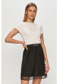Biała sukienka Calvin Klein Jeans z nadrukiem, z krótkim rękawem