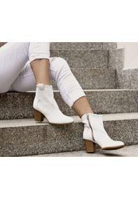 Zapato - dziurkowane kowbojki - skóra naturalna - model 470 - kolor biały. Kolor: biały. Materiał: skóra