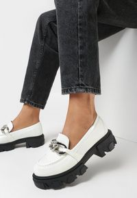 Born2be - Białe Mokasyny Laurelis. Nosek buta: okrągły. Zapięcie: bez zapięcia. Kolor: biały. Materiał: lakier. Obcas: na obcasie. Styl: elegancki. Wysokość obcasa: średni