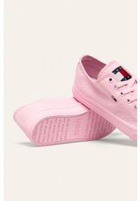 Różowe tenisówki Tommy Jeans z okrągłym noskiem, z cholewką, na sznurówki