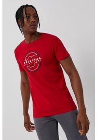 4f - 4F - T-shirt. Okazja: na co dzień. Kolor: czerwony. Materiał: dzianina. Wzór: nadruk. Styl: casual