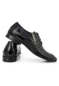 Czarne buty męskie z perforacją Faber T62. Kolor: czarny. Materiał: skóra. Styl: wizytowy, klasyczny, elegancki