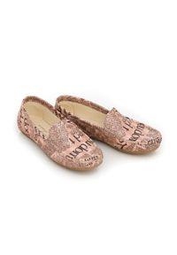 Zapato - mokasyny damskie - skóra naturalna - model 001 - kolor różowe litery. Zapięcie: bez zapięcia. Kolor: różowy. Materiał: skóra. Wzór: kwiaty, kolorowy. Sezon: lato, wiosna. Obcas: na obcasie. Styl: klasyczny. Wysokość obcasa: niski