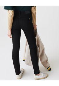 Lacoste - LACOSTE - Czarne spodnie skinny z haftem krokodyla. Stan: podwyższony. Kolor: czarny. Wzór: haft
