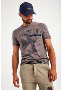 T-shirt z nadrukiem Tornado Aeronautica Militare. Kolor: biały. Materiał: bawełna, dzianina, elastan. Długość rękawa: krótki rękaw. Długość: krótkie. Wzór: nadruk. Styl: klasyczny