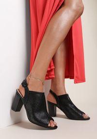 Renee - Czarne Sandały Paphypso. Nosek buta: okrągły. Zapięcie: pasek. Kolor: czarny. Wzór: ażurowy, aplikacja. Sezon: lato. Obcas: na słupku