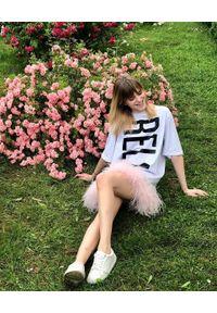 T-DRESS - Biała sukienka mini z czarnym napisem RELAX. Kolor: biały. Wzór: napisy. Długość: mini