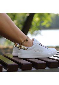 Sneakersy TOMMY HILFIGER Low Cut Lace-Up T3A4-31161-1242X048 White/Platinum X048. Okazja: na co dzień. Zapięcie: sznurówki. Materiał: jeans, skóra ekologiczna, materiał. Szerokość cholewki: normalna. Wzór: motyw zwierzęcy, napisy. Styl: casual