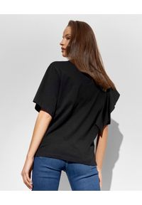 Ice Play - ICE PLAY - Czarny t-shirt z falbana i logo. Okazja: na co dzień. Kolor: czarny. Materiał: jeans. Styl: casual