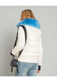 MONCLER - Biała kurtka z futrem. Kolor: biały. Materiał: futro. Sezon: lato. Styl: sportowy #4