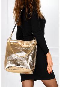 Laura Biaggi - Złota torebka błyszcząca lakierowana z ozdobnym łańcuszkiem laura biaggi jp53. Kolor: złoty. Materiał: lakierowane