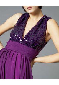 Manila Grace - MANILA GRACE - Fioletowa sukienka maxi z cekinami. Typ kołnierza: dekolt w kształcie V. Kolor: różowy, wielokolorowy, fioletowy. Materiał: tkanina. Wzór: aplikacja. Długość: maxi