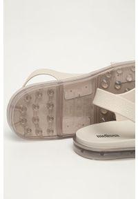 Beżowe sandały melissa na klamry, bez obcasa
