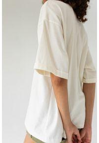 Marsala - T-shirt typu oversize w kolorze CLOUD WHITE - COY BY MARSALA. Materiał: elastan, bawełna. Styl: elegancki