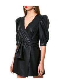 AGGI - Czarna sukienka ze skóry wegańskiej. Okazja: na co dzień. Kolor: czarny. Materiał: skóra. Typ sukienki: kopertowe, proste. Styl: casual. Długość: mini